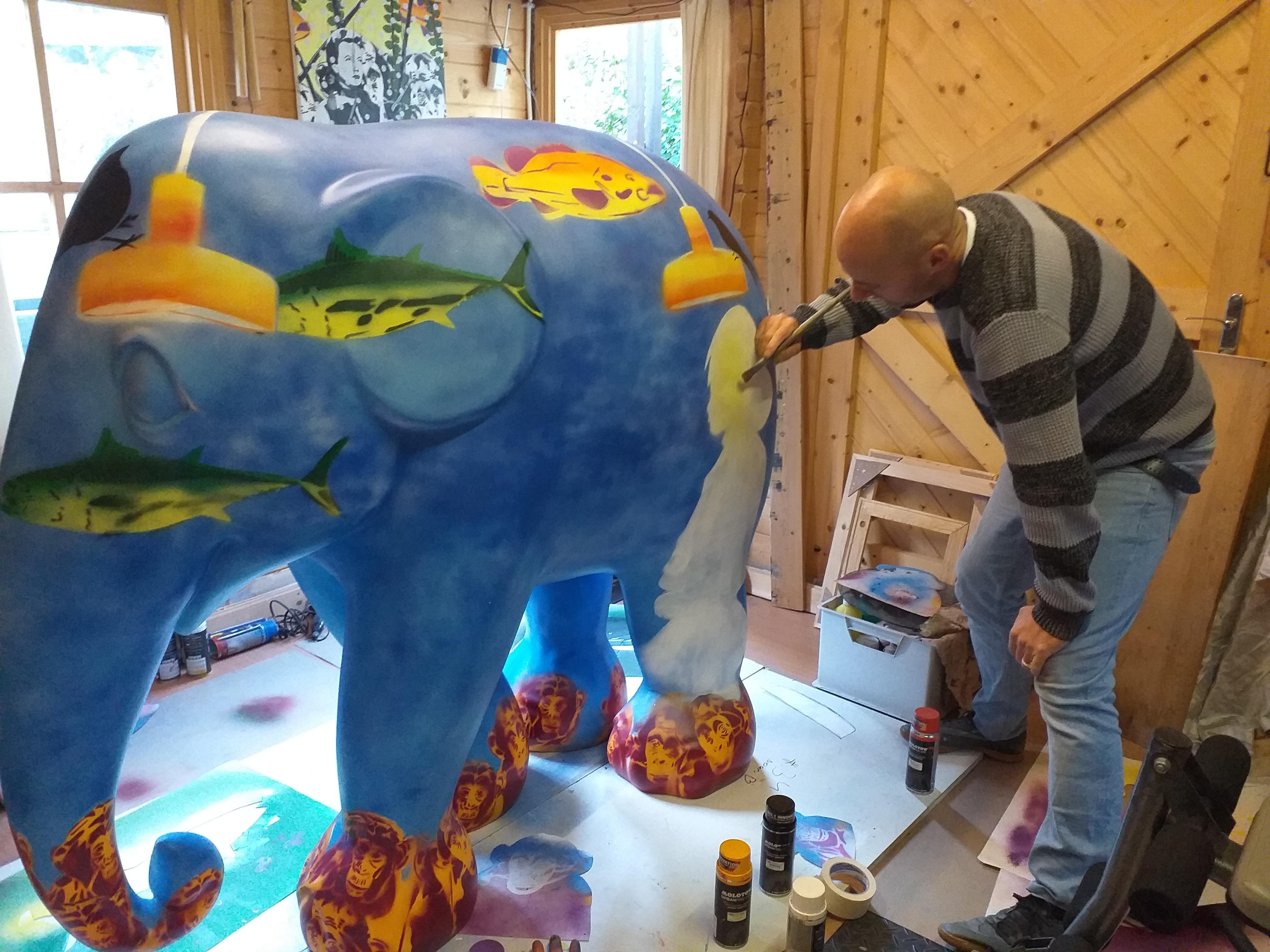 Werken aan een olifant voor de Elephant Parade bij Van Til in Alkmaar